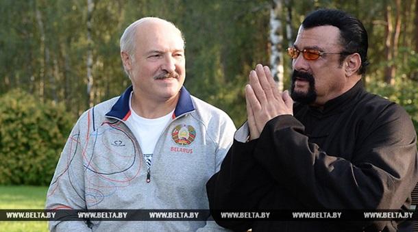 Лукашенко угостил Стивена Сигала морковью и салом