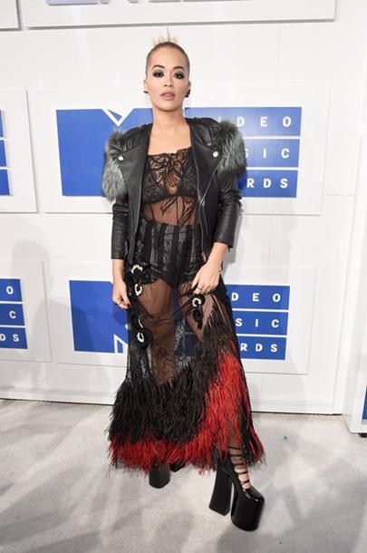 Названы самые дерзкие наряды звезд премии MTV