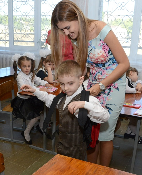Борис Колесников обеспечил школьными рюкзаками первоклассников Донбасса
