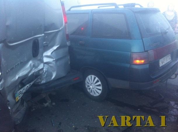 Вблизи Львова случилось масштабное ДТП с11 автомобилями
