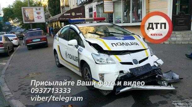 Вцентре столицы Украины полицейский Prius влетел втакси