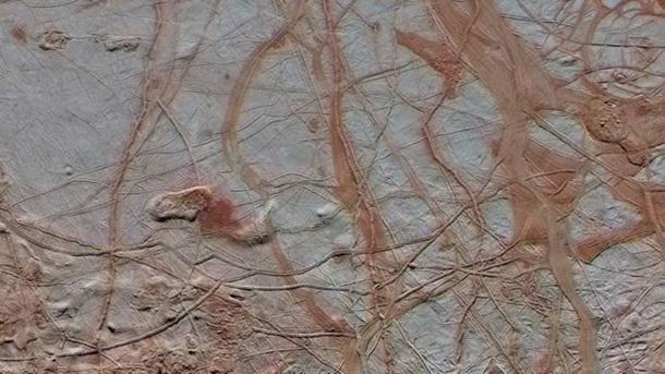 Ледяная поверхность Европы покрыта многочисленными трещинами