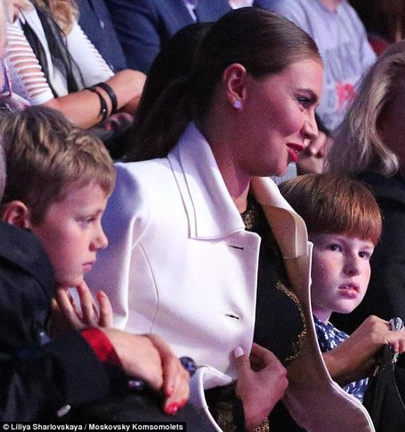 Алина Кабаева появилась напублике сдетьми ипосетила программу «Вечерний Ургант»