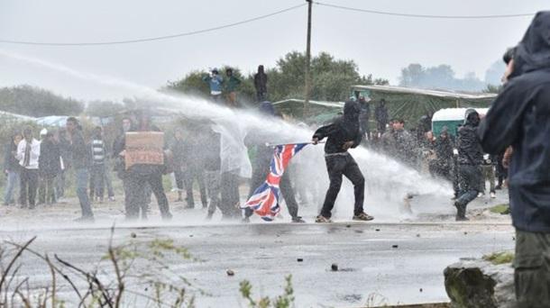 ВоФранции милиция применила водометы ислезоточивый газ против демонстрантов