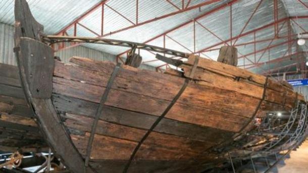 НаХортице отреставрировали двадцатиметровый козацкий корабль