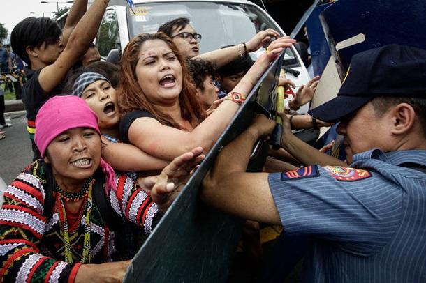 ВМаниле фургон милиции протаранил участников акции протеста против США