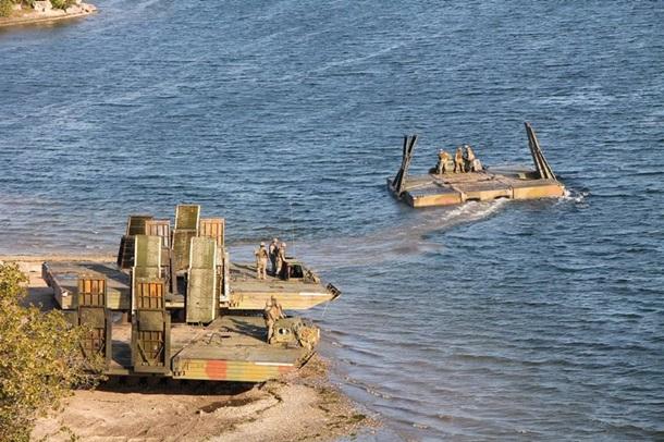 Украинские военные «соорудили» мост через Днепр