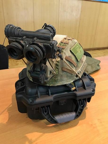 У Порошенко показали новую экипировку десантников