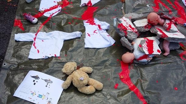 ВДублине около посольства Российской Федерации разбросали «младенцев вкрови»