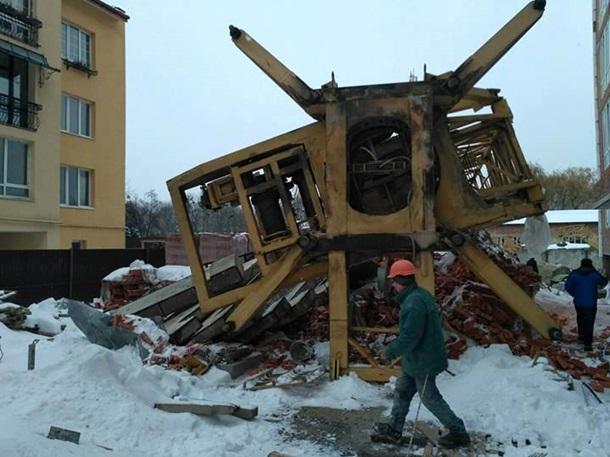 ВоЛьвове упал строительный кран— есть погибшие