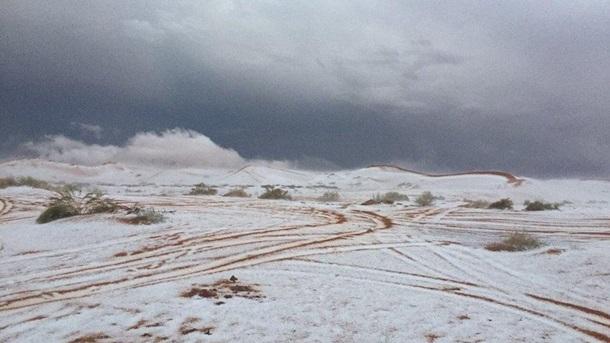 В пустыне выпал снег