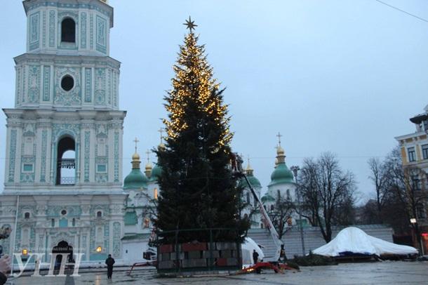 В Киеве начали украшать главную новогоднюю елку страны