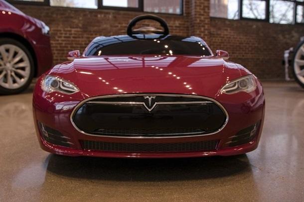 Tesla випустила дитячий клон електромобіля Model S