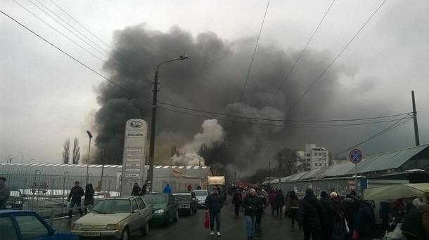 ВКиеве загорелся рынок возле ст. м. «Лесная»