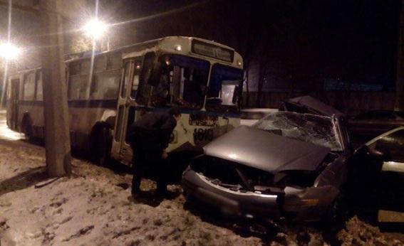 В Мариуполе полицейский протаранил троллейбус