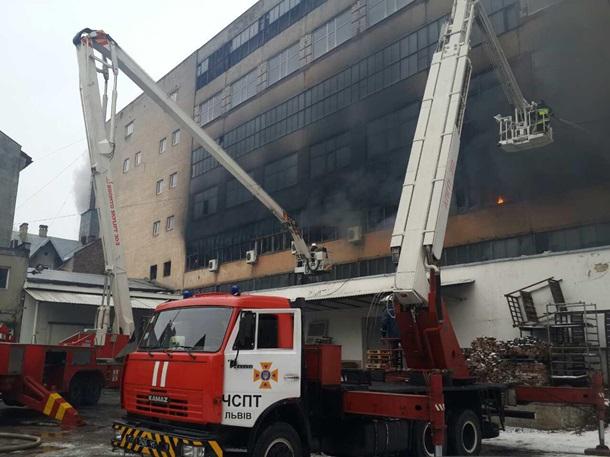 Появились видео масштабного пожара назаводе Электрон воЛьвове