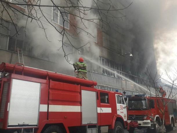 ВоЛьвове гасят пожар назаводе «Электрон» 03января 2017 19:40