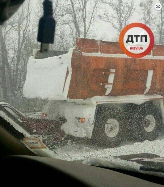 Натрассе Киев-Чоп случилось ДТП сучастием 14 авто