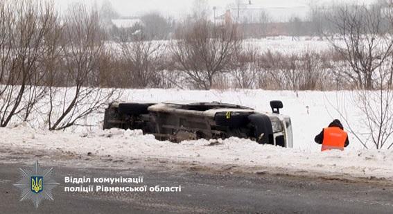 ВРовенской области маршрутка спассажирами вылетела вкювет