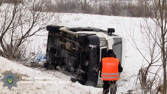 ВРовенской области микроавтобус стуристами слетел вкювет