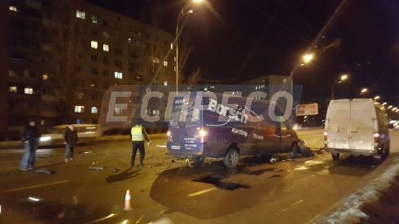 ВКиеве Порш врезался вмикроавтобус, есть пострадавшие
