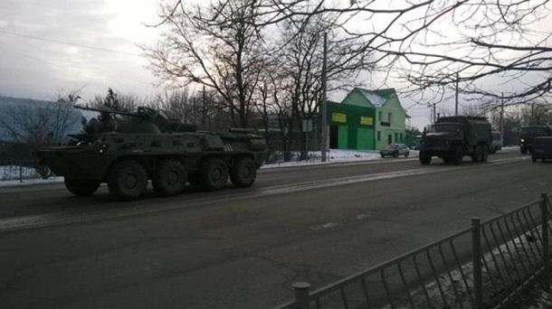 В захваченный Симферополь въехала колонна военной техникиРФ