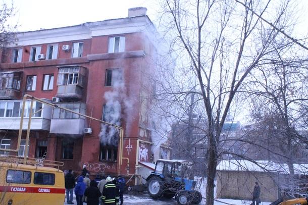 Наместе взрыва вЛуганске: горящее строение иработа спасателей
