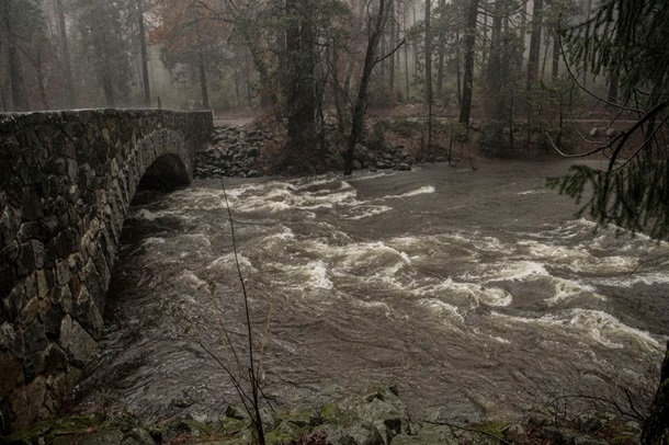 В Калифорнии город ушло под воду, идет эвакуация