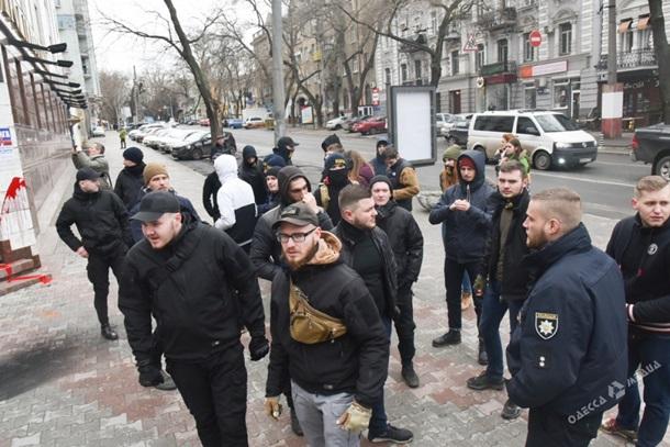 ВОдессе активисты «Азова» облили краской сооружение русского банка