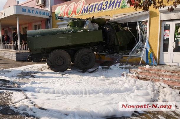 ВУкраинском государстве  военные набронетехнике устроили смертельное ДТП, протаранив магазин