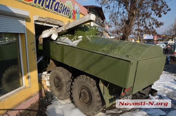 ВНиколаеве военный бензовоз въехал вмагазин, один человек погиб