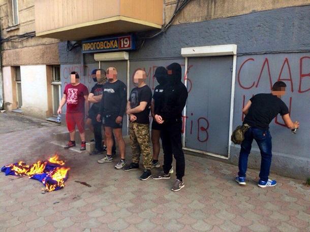 «Оппозиционному блоку» сожгли палатку иразрисовали стену