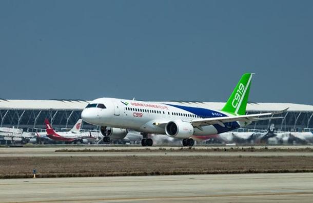 В Китае совершил первый полет конкурент Airbus и Boeing