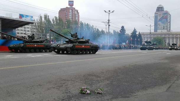В Донецке и Луганске прошли свои парады