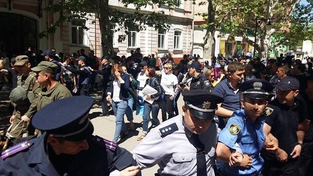 Непрошли иста метров: 30 человек напали нахерсонский ЛГБТ-марш