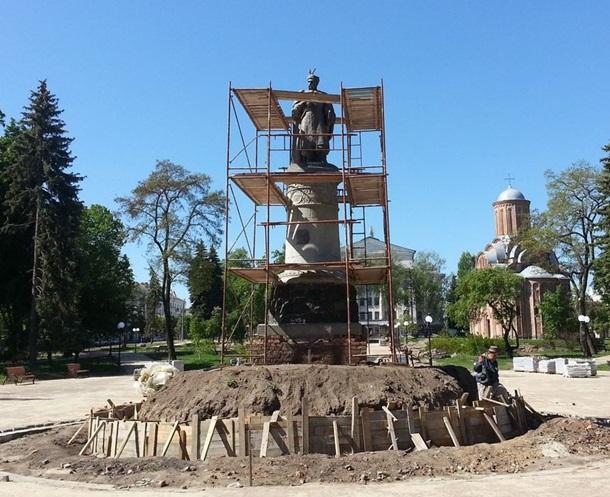 ВЧернигове монумент Хмельницкому развернут спиной к столице