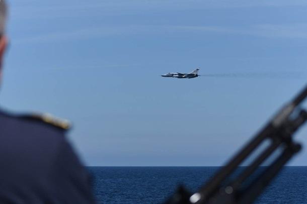 Су-24 ВКСРФ три раза  прошли около  голландского фрегата наБалтике— Голландия