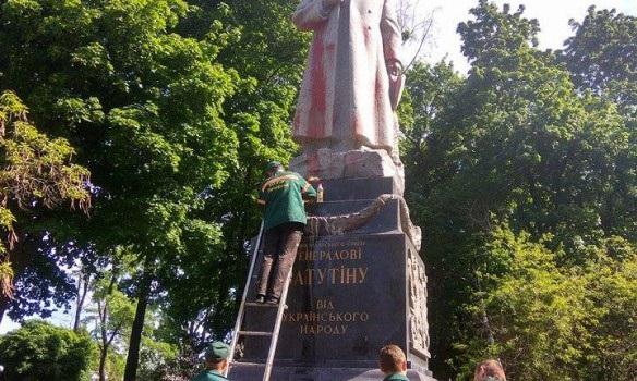 Вандалы вКиеве облили краской монумент  Ватутину