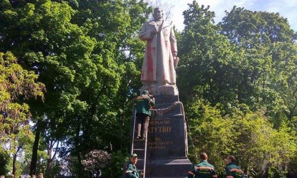 ВКиеве красной краской облили монумент  советскому генералу Ватутину
