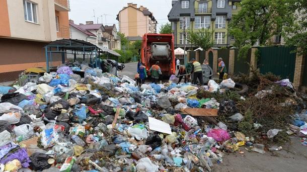 Жесткий протест: граждане Львова перекрыли улицы баррикадами измусора