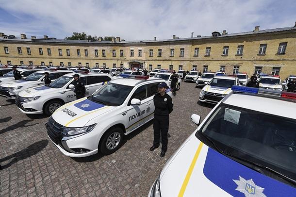 Киевские Полицейские получили 635 новеньких Митцубиши Outlander PHEV
