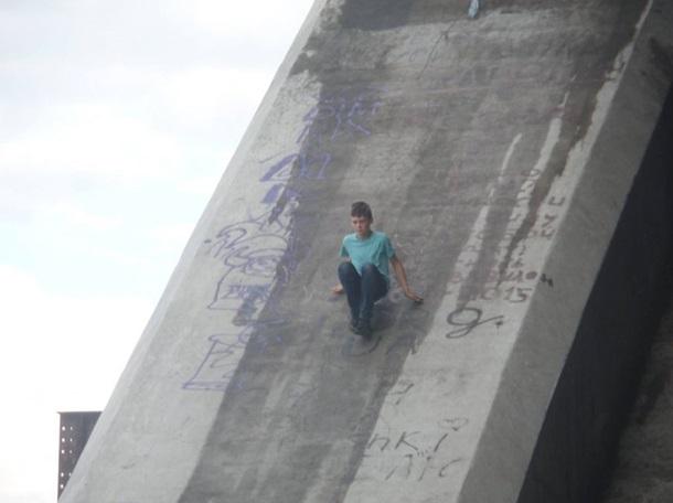 Киевски подростки устроили экстремальные веселья наПодольском мосту