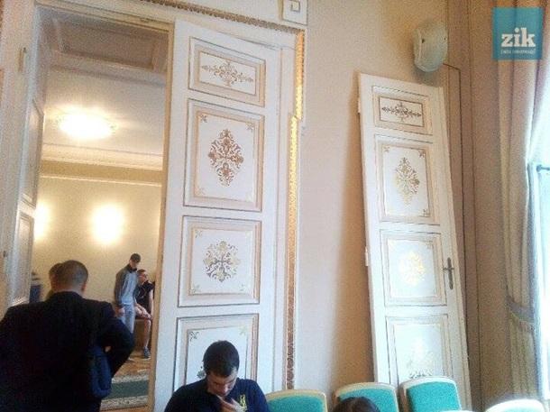 Радикалы вторглись  всессионный зал Львовского облсовета