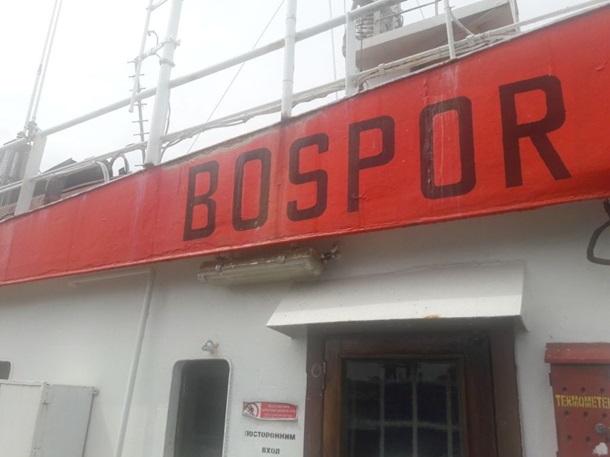 Таможенники  задержали судно, нелегально  переправлявшее людей вКрым