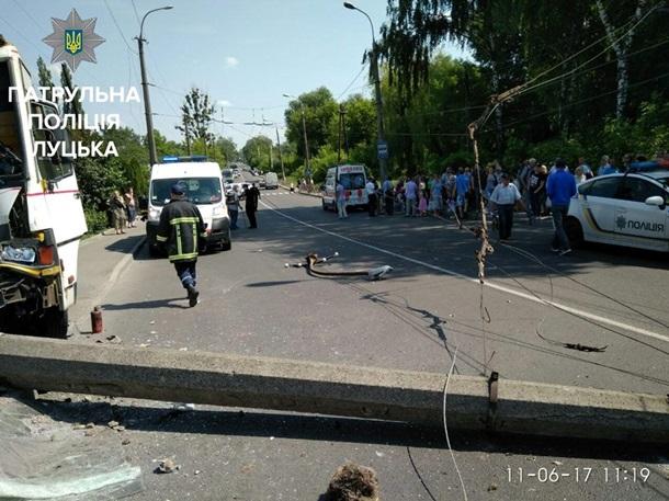 УЛуцьку маршрутка зпасажирами завалила електроопору: усі живі