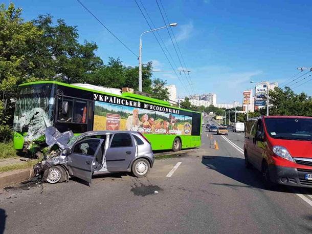 УХаркові машина «лоб влоб» зіткнулась зтролейбусом, є загиблий