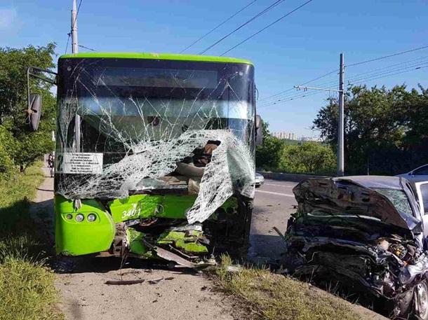 УХаркові іномарка влетіла втролейбус: є жертви