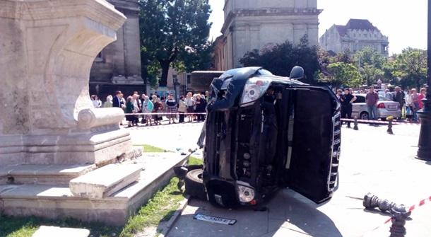 Вцентре Львова вседорожный автомобиль влетел втолпу