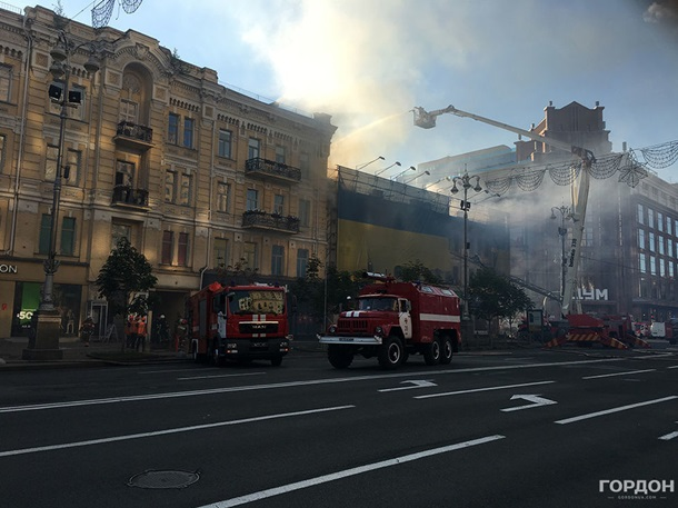 Київська перепічка непостраждала. Рятувальники локалізували пожежу вбудівлі наХрещатику
