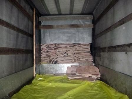 Житель россии пытался провезти 1,5 тонны сала вбагажнике